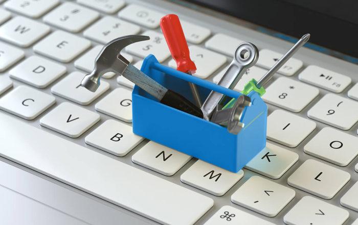 En verktøykasse er plassert på et datatastatur
