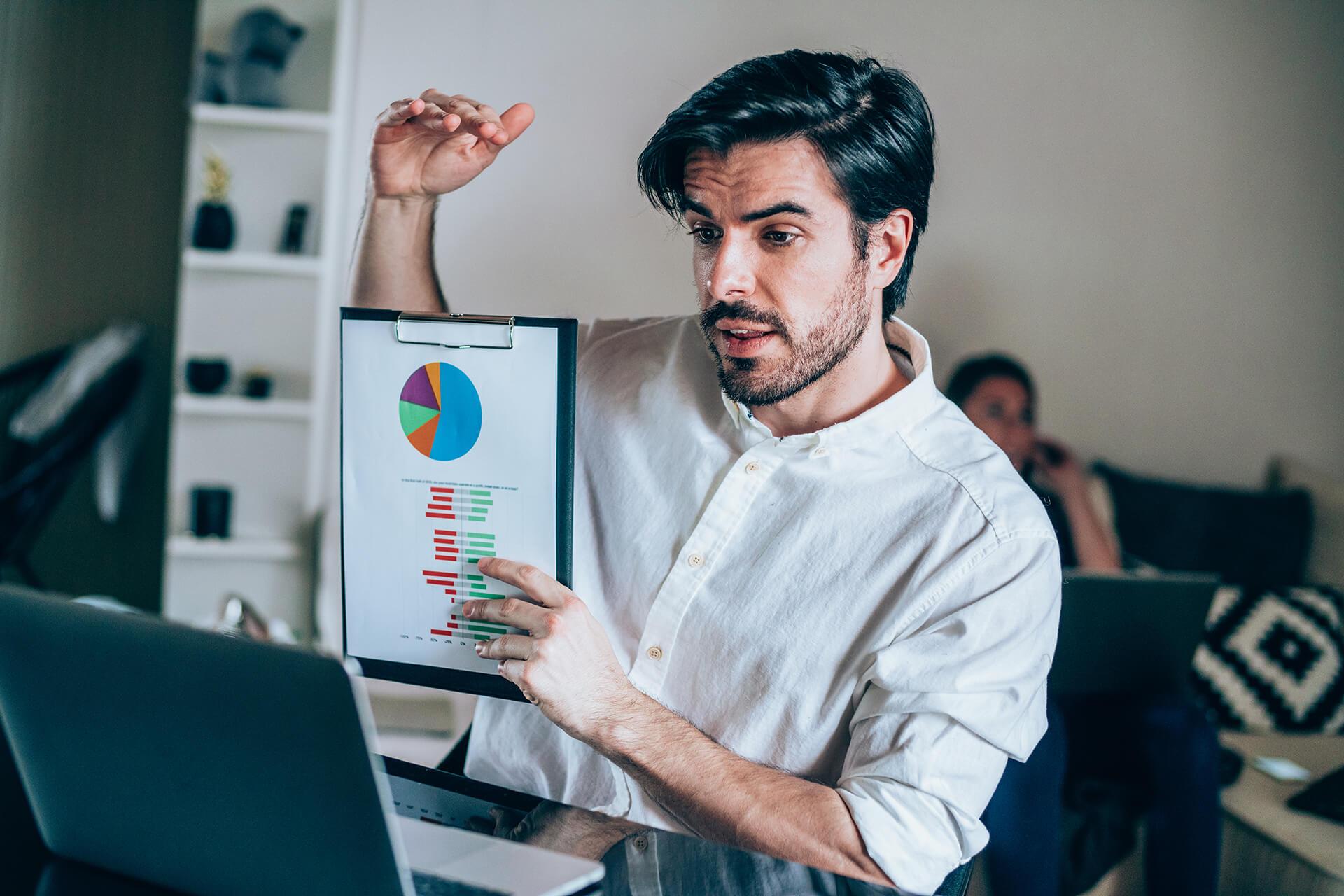 Mann holder presentasjon via laptop